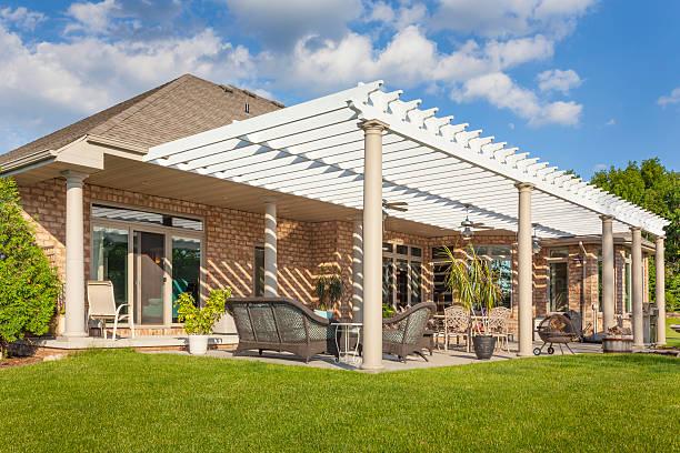 Malerische Ziegelrot Haus mit großer Veranda und Pergola – Foto