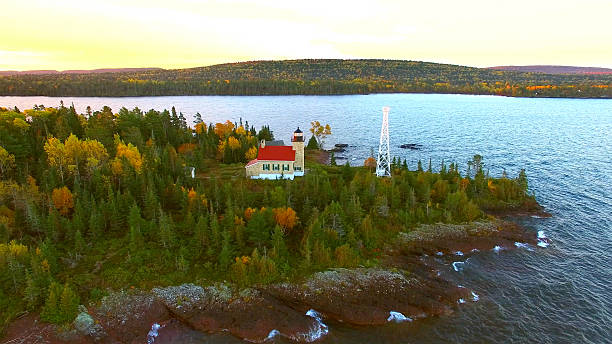 Scenic Copper Harbor Michigan lighthouse with Autumn colors, at dawn – Foto