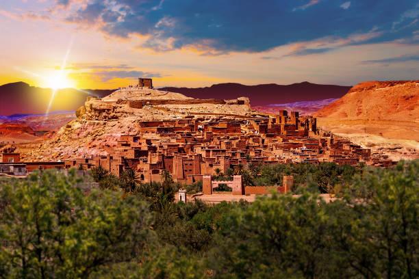natursköna landskap i marocko. byn ouarzazate - kasbah bildbanksfoton och bilder