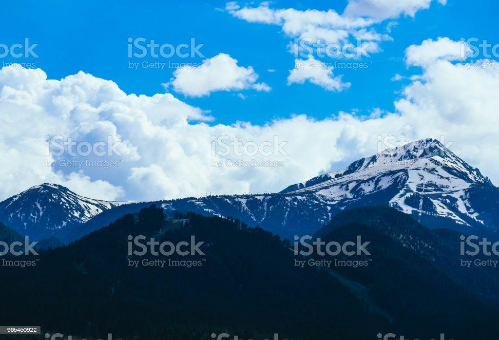 風景秀麗的高山與積雪的高峰。 - 免版稅保加利亞圖庫照片