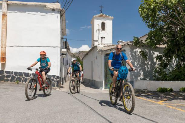 Malerische Mountainbiken im weißen Dorf, Spanien. – Foto