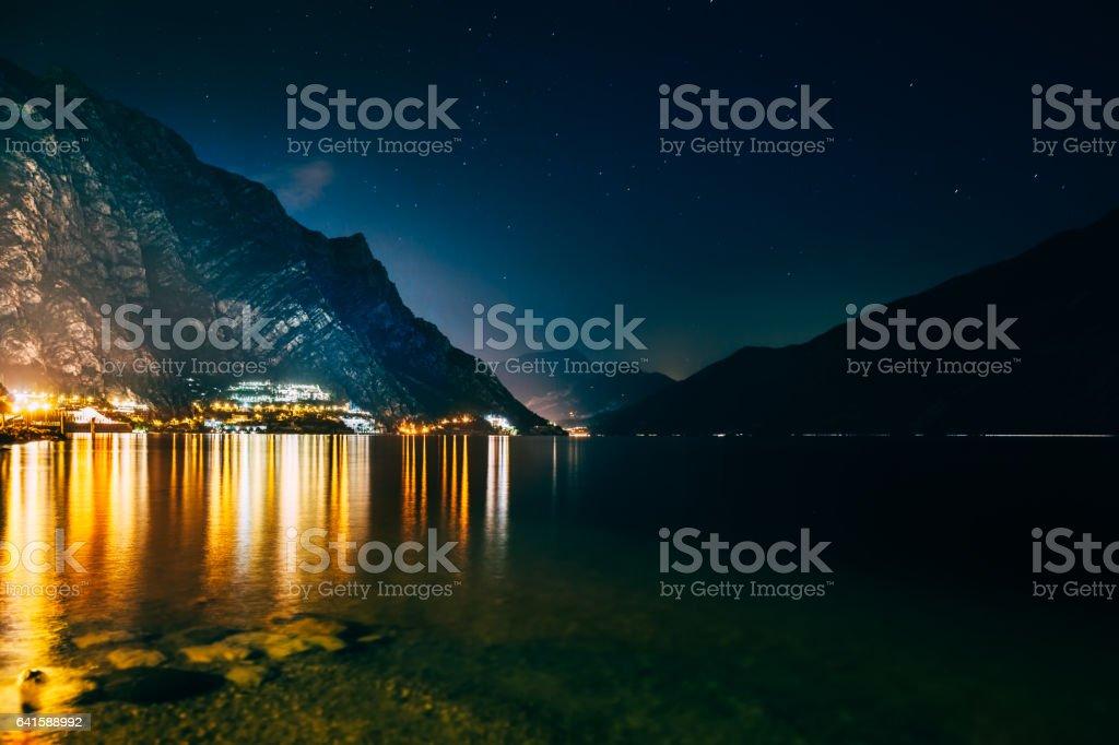 Malerische Nachtansicht der beleuchteten Stadt Limone Sul Garda, Italien – Foto