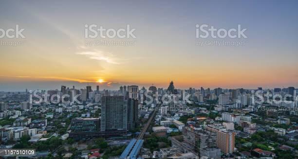 Scenic of sunset skyline cityscape of metropolis picture id1157510109?b=1&k=6&m=1157510109&s=612x612&h=3 cscautx2mz0 cxxj3lt imgfjen5q6qvnoolmxqxi=