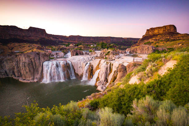 scenic panorama of shoshone falls and dramatic canyon, twin falls, idaho, usa - barragem do roxo imagens e fotografias de stock