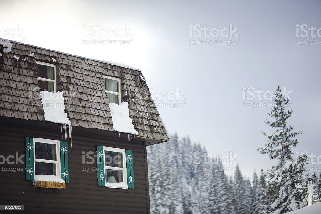 Scenic shot of lodge in winter landscape photo libre de droits