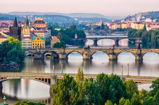 primavera cênica nascer do sol vista aérea da cidade velha arquitetura de cais e ponte carlos sobre o rio vltava, em praga, república checa - praga boémia - fotografias e filmes do acervo