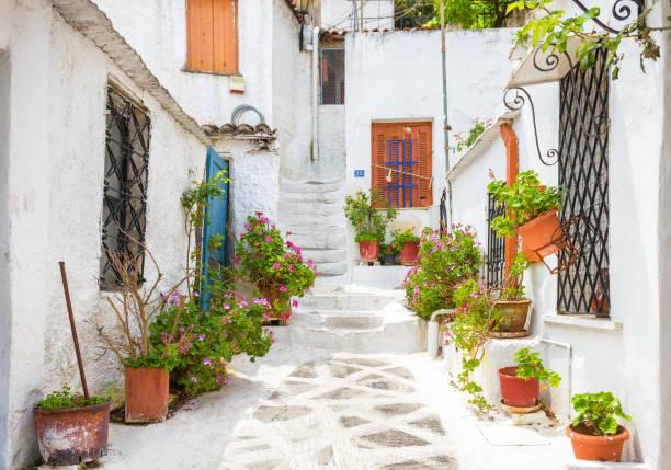 ストア ・ ヴィヴリオウ 1.4 で、プラカ地区、アテネ、ギリシャの古い家屋と風光明媚な街 - アテネ ストックフォトと画像