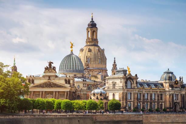 Malerischer Sommerblick auf die Altstadtarchitektur mit Elbufer in Dresden, Sachsen, Deutschland – Foto