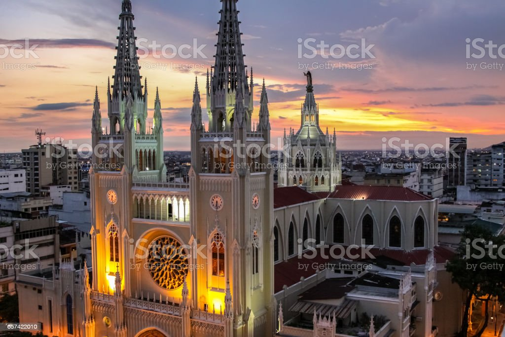 Scenic sunset sky with illuminated Guayaquil Metropolitan Cathedral – Foto