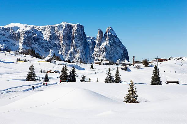 panoramablick auf berühmten winter sports lage in dolomite alpen - seiser alm stock-fotos und bilder
