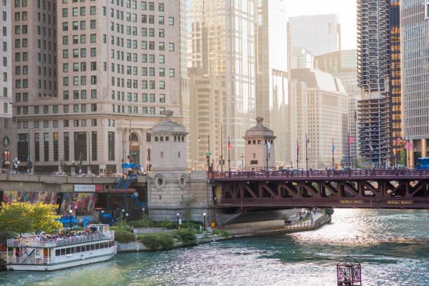 vacker utsikt, downtown chicago - walking home sunset street bildbanksfoton och bilder