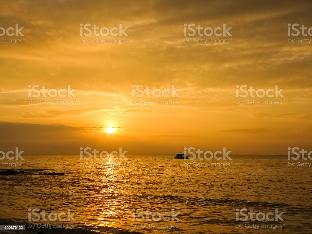 Malowniczy widok piękny zachód słońca nad morzem  zbiór zdjęć royalty-free