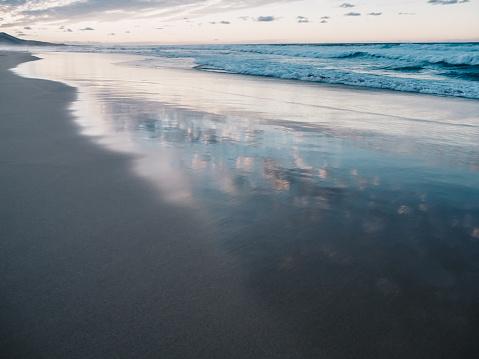 Schilderachtig Uitzicht Op Rustige Oceaan En Zwarte Zand Strand Van Ajuy In Fuerteventura Canarische Eilanden Spanje Wolken Weerspiegelt In Het Water Stockfoto en meer beelden van Atlantische oceaan