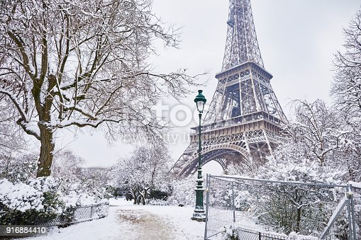 istock Scenic view of Eiffel tower on snowy day 916884410