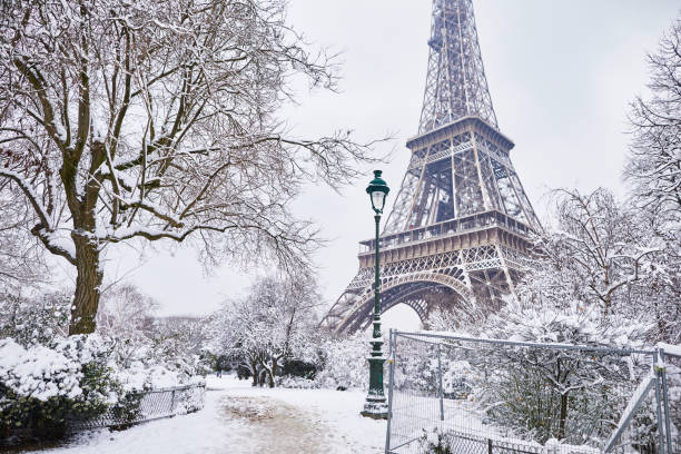Scenic view of Eiffel tower on snowy day Scenic view to the Eiffel tower on a day with heavy snow. Unusual weather conditions in Paris ile de france stock pictures, royalty-free photos & images