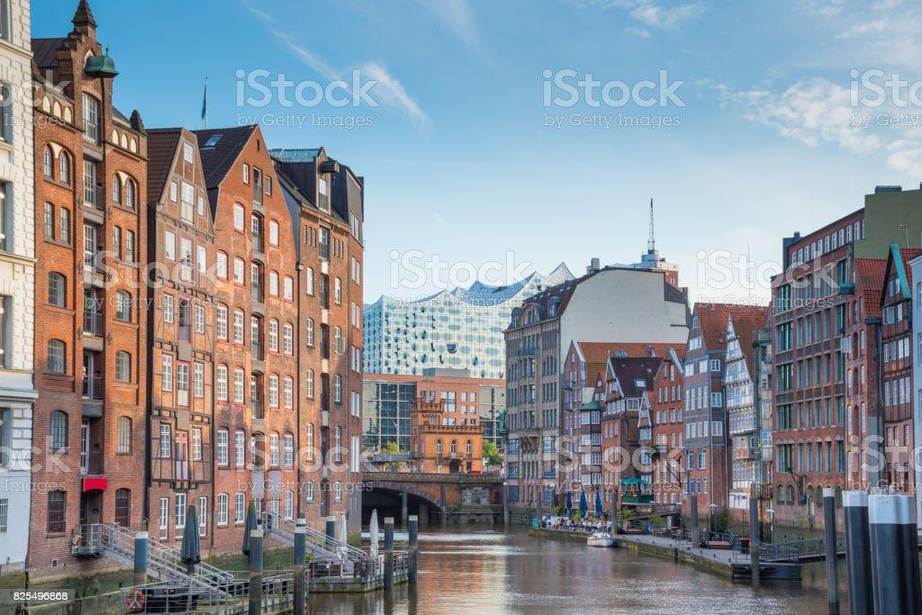 malerischen Blick auf historische Gebäude auf beiden Seiten des Kanals Nikolaifleet in Hamburg, Deutschland mit Elbphilharmonie Konzertsaal im Hintergrund unter schönen Sommerhimmel – Foto