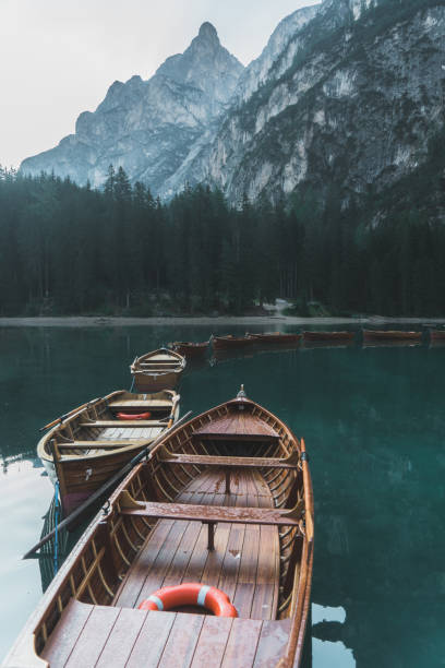 scenic view of lago di braies  in dolomites - latemar foto e immagini stock