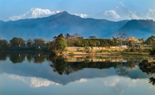 Malerische Aussicht des Phewa See und Annapurna-Massivs mit Spiegelungen im Wasser, Pokhara – Foto