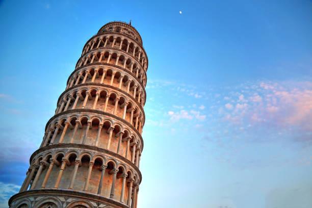 schilderachtig uitzicht op de scheve toren van pisa bij zonsondergang, italië - pisa stockfoto's en -beelden
