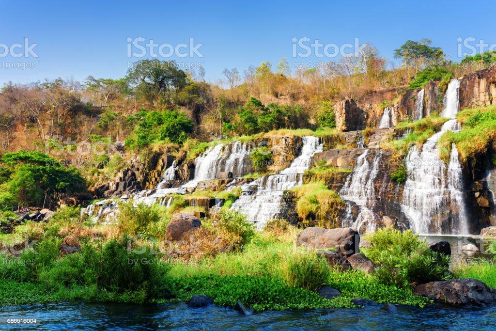Schilderachtig uitzicht op natuurlijke waterval in de herfst royalty free stockfoto