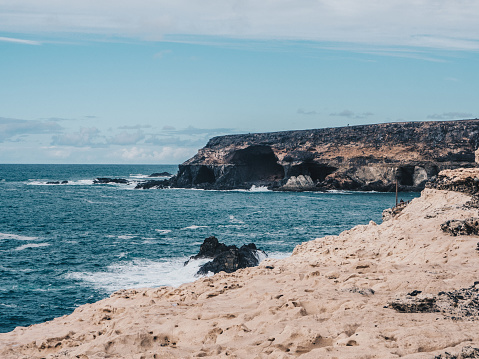 Schilderachtig Uitzicht Op Steenachtige Oever Met Zwarte Grotten Blauwe Zee Golven Slaan De Kliffen Fuerteventura Spanje Stockfoto en meer beelden van Atlantische oceaan