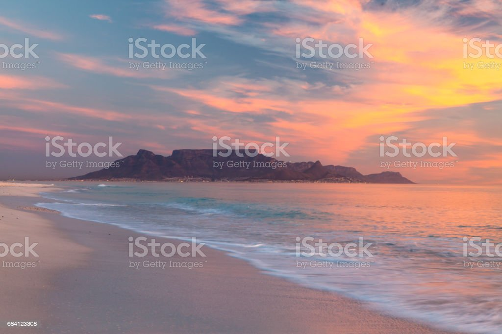 scenic view of table mountain cape town south africa from bloubergstrand royalty free stockfoto