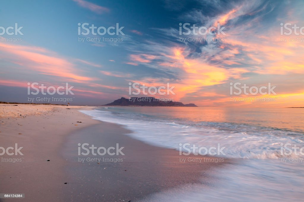 scenic view of table mountain cape town south africa from bloubergstrand foto stock royalty-free