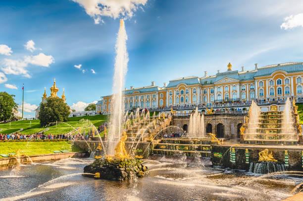 schilderachtig uitzicht op het grand cascade, palace peterhof, rusland - peterhof stockfoto's en -beelden