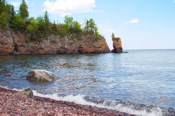 malerische aussicht auf die küste des lake superior - lake michigan strände stock-fotos und bilder