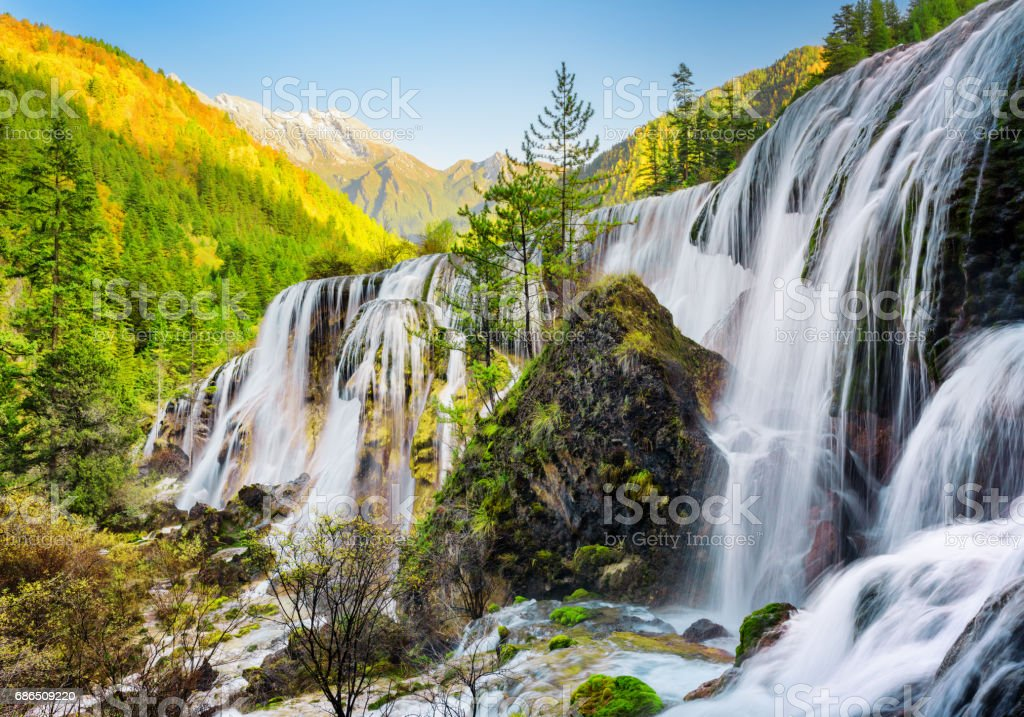 Scenic view of the Pearl Shoals Waterfall among woods at sunset foto stock royalty-free