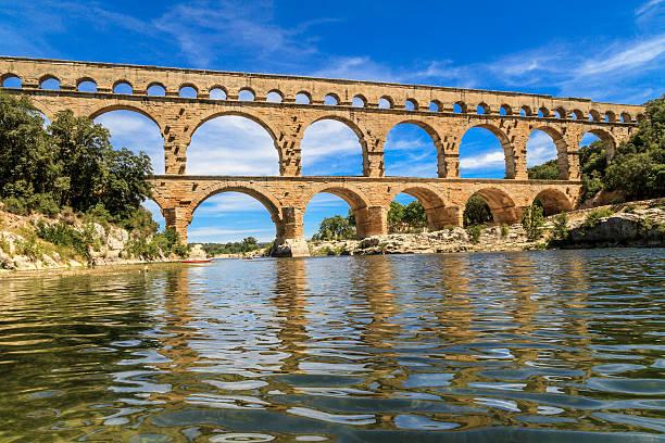 scenic view of the pont du gard in provence france - pont du gard stockfoto's en -beelden