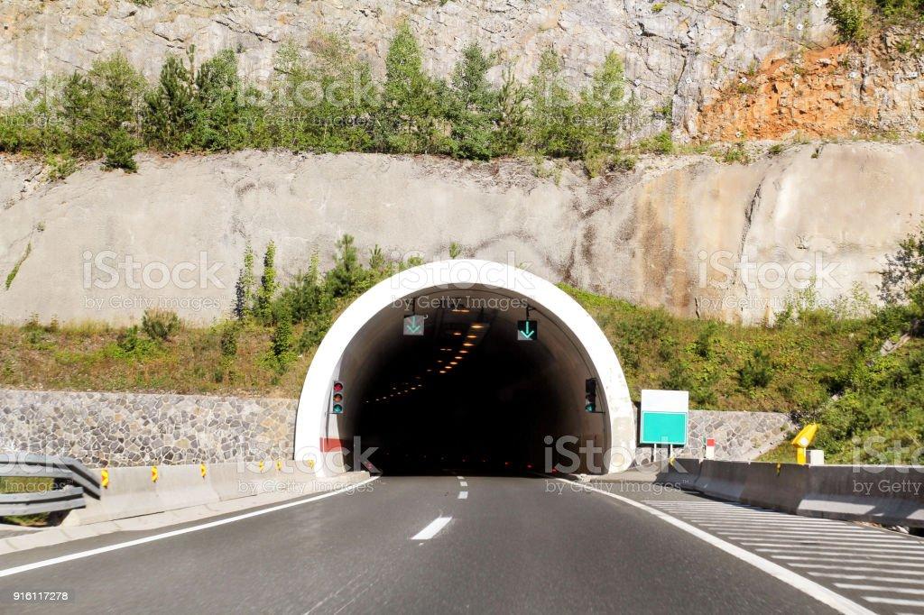 Vista panorâmica na entrada do túnel e rodovia estrada que conduz através da Croácia, Europa / infra-estrutura de transporte e trânsito / sinais e sinalização. foto royalty-free