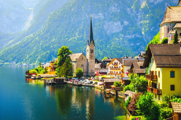 panoramablick auf hallstatt in österreich - österreichische kultur stock-fotos und bilder