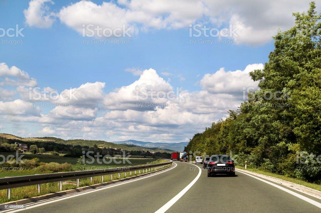 Vista panorâmica na estrada rodovia através da Ístria, Croácia, Europa / ambiente natural bonito, céu e nuvens no fundo / transporte e infraestrutura de trânsito / estrada sinais e sinalização. - foto de acervo