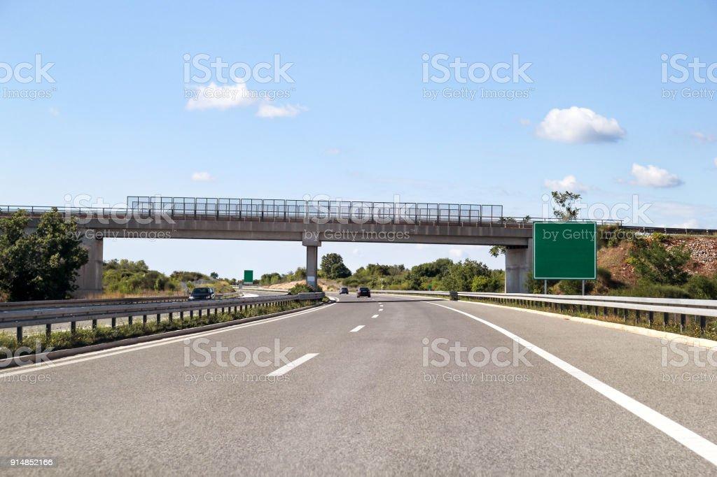 Vista panorâmica no viaduto e rodovia estrada que conduz através da Croácia, Europa / ambiente natural bonito, céu e nuvens no fundo / transporte e infra-estrutura de tráfego / sinais e sinalização. - foto de acervo