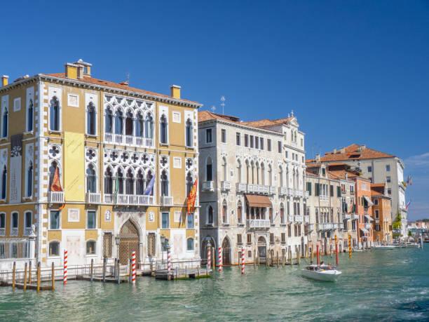 landschaftlich reizvoller Blick auf alte Paläste am Canale grande in Venedig, – Foto