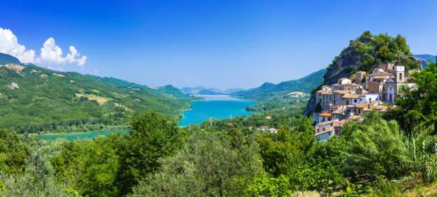 pintorescos pueblos y lagos de Italia - Pietraferrazzana en los Abruzos. Lago di Bomba - foto de stock