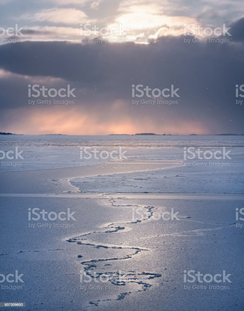 f4b3683258f Scenic winter landscape with frosty sea and sunset at evening in Helsinki