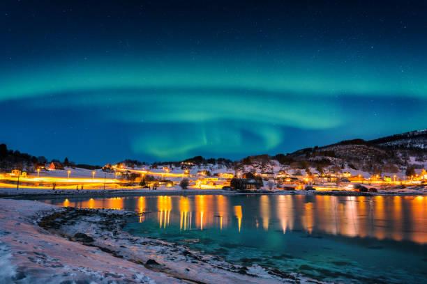 Malerischen Winterlandschaft mit Nordlicht, Aurora Borealis im Nachthimmel, Lofoten Inseln, Norwegen – Foto