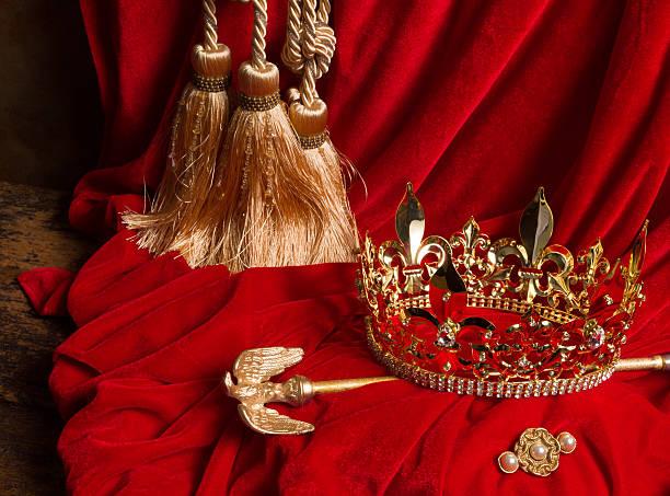 sceptre et couronne sur velours rouge - sceptre photos et images de collection