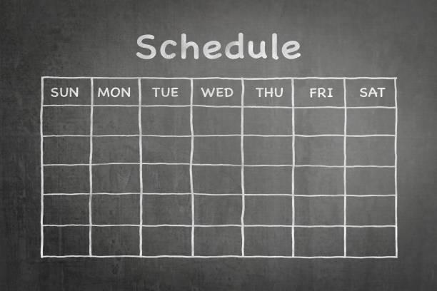 plannen met raster tijdschema op zwarte schoolbord - vluchtschema stockfoto's en -beelden