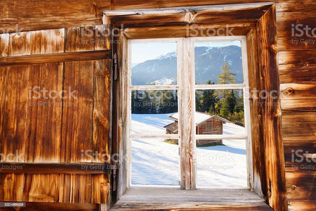 Schihütte im Holzfenster als Hintergrundbild – Foto