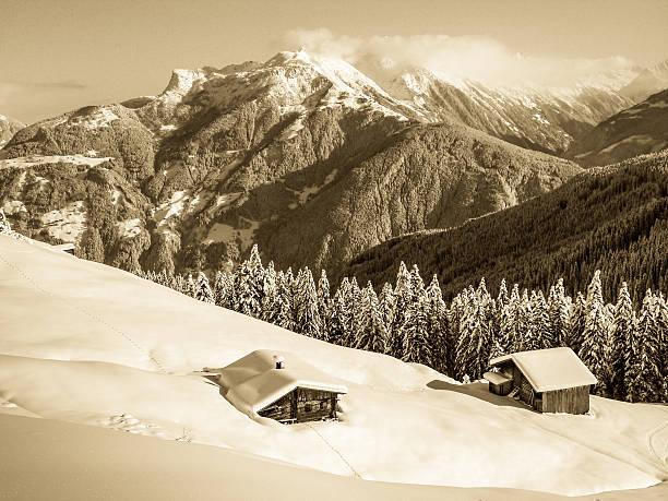 Schihütte in den schneebedeckten Alpen im Sepia Effekt – Foto