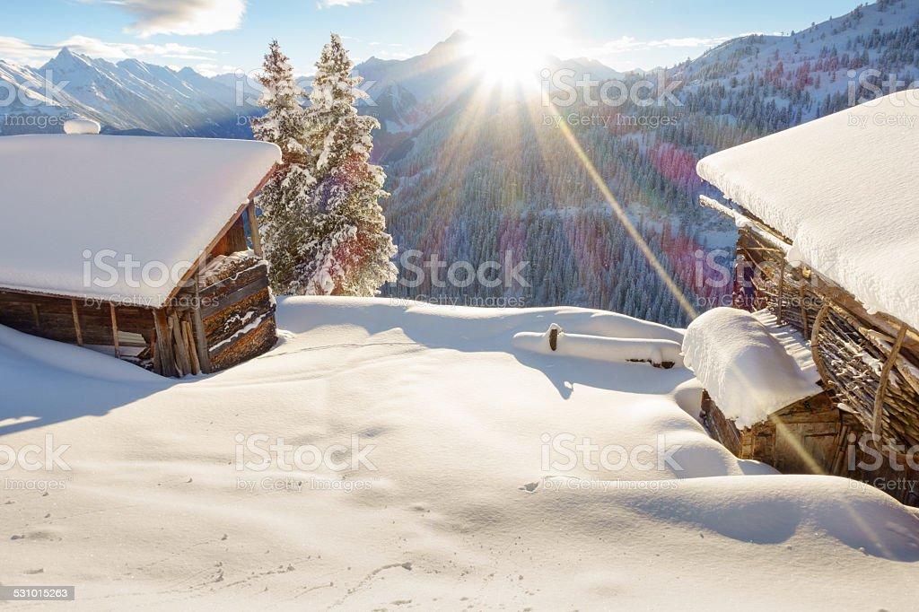 Schihütten in den verschneiten Alpen – Foto