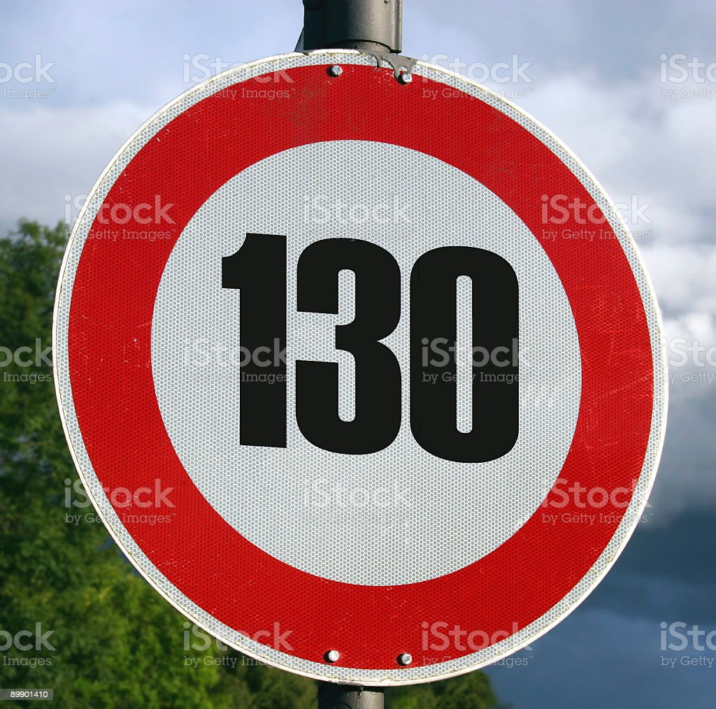 Schild mit Geschwindigkeitsbegrenzung 130 km/h-Tempolimit auf Autobahn foto de stock libre de derechos