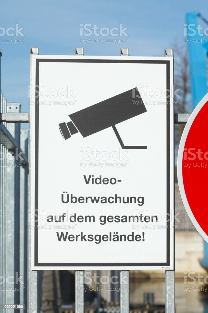 Schild Video-Überwachung auf dem gesamten Werksgelände stock photo