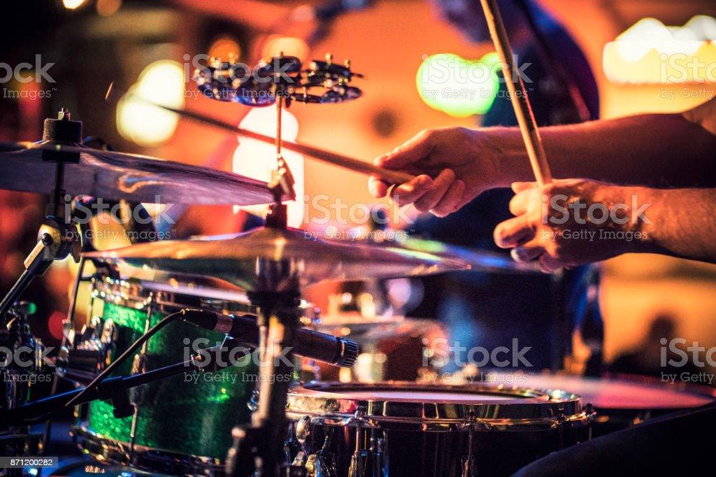 Schlagzeuger spielt Trommeln auf der Bühne stock photo