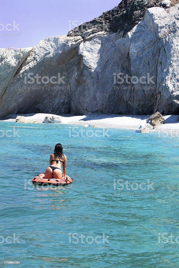Schlanke Frau paddelt auf dem Meer im Gummiboot royalty-free stock photo