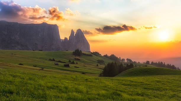 schlern mountain mit weiden bei sonnenuntergang, südtirol, italien - seiser alm stock-fotos und bilder