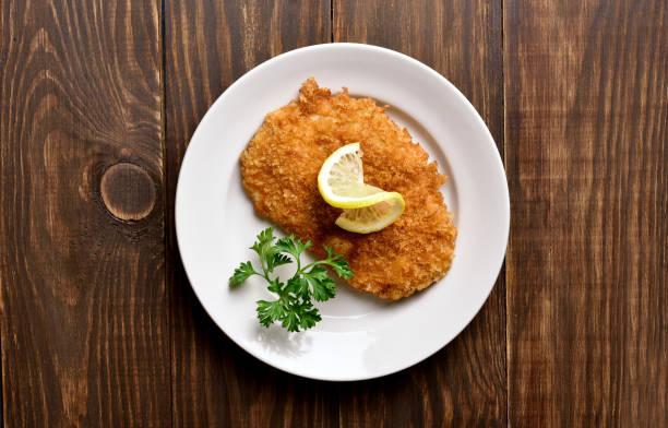 schnitzel. paniertes hühnerfleisch - schnitzel braten stock-fotos und bilder